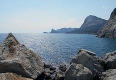 Mar, agua, cielo, costa, azul, playa, roca, paisaje, naturaleza, océano, verano, montaña, isla, viaje, visión, montañas, rocas, H Imágenes de archivo libres de regalías