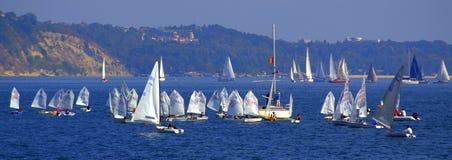 Mar apretado con la bandera de los veleros Imágenes de archivo libres de regalías