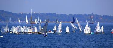 Mar apretado con la bandera de los veleros Fotografía de archivo