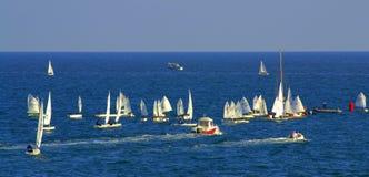 Mar apretado con la bandera de los veleros Foto de archivo