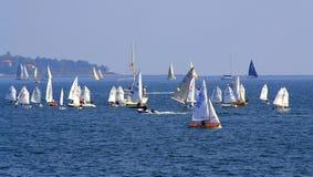 Mar apretado con los veleros Fotos de archivo libres de regalías