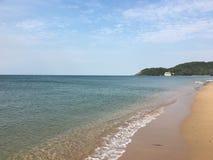 Mar, areia e céu Imagens de Stock
