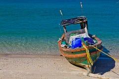 Mar, arena, Sun, y un barco Foto de archivo