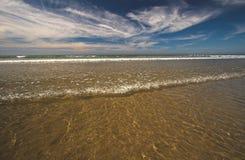 Mar, arena y cielo azul Fotos de archivo