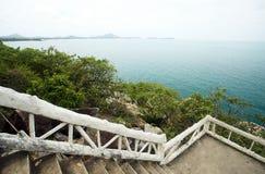 Mar azul, abajo de las escaleras. Fotografía de archivo libre de regalías