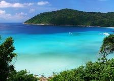 Mar azul agradável Imagem de Stock Royalty Free