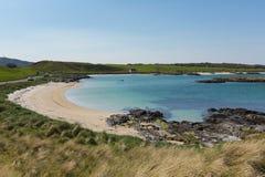 Mar azul blanco escocés Portnaluchaig de la playa arenosa y del claro al norte de las montañas escocesas británicas del oeste de  Fotografía de archivo