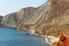 Mar azul bonito cercado por montanhas foto de stock royalty free