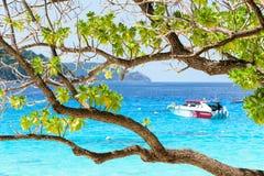 Mar azul bonito em Koh Miang em MU Koh Similan, Tailândia Foto de Stock