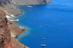 Mar azul bonito em Santorini, Grécia foto de stock
