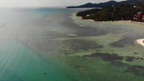 Mar azul cerca de las playas de la isla tropical Opini?n impresionante del abej?n del mar azul tranquilo cerca de las playas tur? almacen de metraje de vídeo