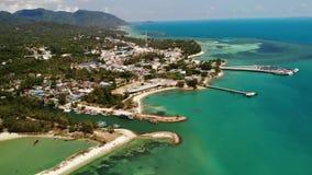 Mar azul cerca de las playas de la isla tropical Opini?n impresionante del abej?n del mar azul tranquilo cerca de las playas tur? almacen de video