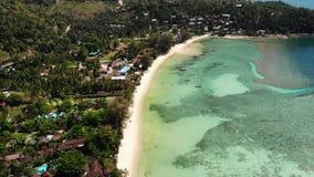 Mar azul cerca de las playas de la isla tropical Opini?n impresionante del abej?n del mar azul tranquilo cerca de las playas tur? metrajes