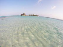 Mar azul com ilha pequena Fotografia de Stock