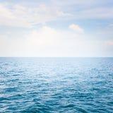 Mar azul com ondas Fotografia de Stock Royalty Free