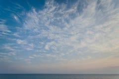 Mar azul com ondas e céu azul Fotos de Stock Royalty Free