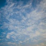 Mar azul com ondas e céu azul Fotos de Stock