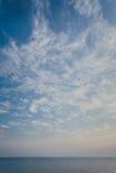 Mar azul com ondas e céu azul Imagem de Stock