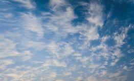Mar azul com ondas e céu azul Foto de Stock Royalty Free