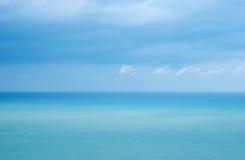 Mar azul com ondas e o céu azul do espaço livre Imagens de Stock Royalty Free