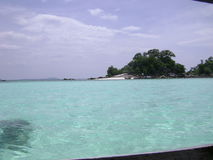 Mar azul com ondas e o céu azul do espaço livre Fotos de Stock Royalty Free