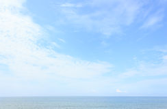Mar azul con el cielo azul Imagen de archivo libre de regalías