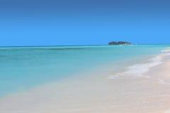 Mar azul con la pequeña isla abandonada Imagen de archivo