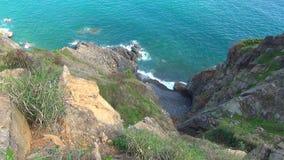 Mar azul con las ondas Naturaleza salvaje Paisaje hermoso ondas rodadas en las rocas almacen de video