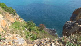 Mar azul con las ondas Naturaleza salvaje Paisaje hermoso ondas rodadas en las rocas almacen de metraje de vídeo