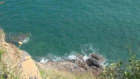 Mar azul con las ondas Naturaleza salvaje Paisaje hermoso ondas rodadas en las rocas Espuma del mar almacen de video