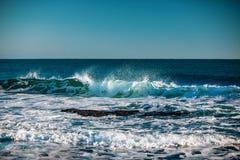 Mar azul con las ondas y el cielo azul del claro imagen de archivo libre de regalías