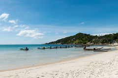 Mar azul de flutuação dos barcos na claro e céu bonito do verão imagens de stock royalty free