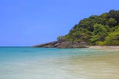 Mar azul de la isla de Similan y la playa sin gente Imagen de archivo