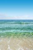 Mar azul desobstruído Fotos de Stock
