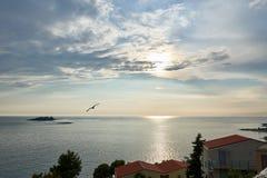 Mar azul do mar de adriático na noite, Croácia Fotos de Stock Royalty Free