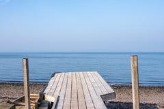 Mar azul dos azul-céu e um molhe inclinado deteriorado velho em Stoney Beach em Largs na costa oeste de Escócia imagem de stock royalty free