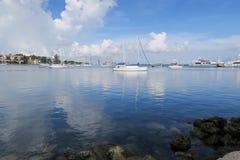 Mar azul e céu azul Imagem de Stock Royalty Free