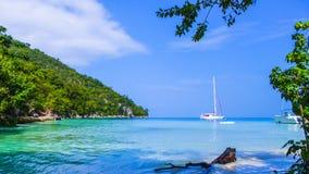 Mar azul e céu da areia branca da praia de Paradise foto de stock