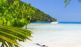 Mar azul e céu da areia branca da praia de Paradise imagem de stock royalty free