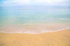 Mar azul e céu nebuloso sobre ele Fotografia de Stock Royalty Free
