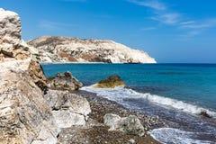 Mar azul e costa rochosa Imagens de Stock Royalty Free