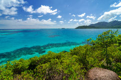 Mar azul e isla verde fotografía de archivo libre de regalías