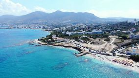 Mar azul e litoral do panorama aéreo com praia e hotéis, Creta, Grécia vídeos de arquivo