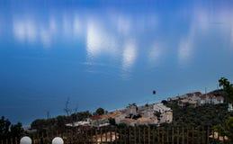 mar azul e uma reflexão do barco fotografia de stock royalty free