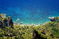 Mar azul en la isla de Capri Fotos de archivo libres de regalías