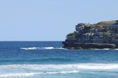 Mar azul en un día soleado en la playa Sydney Australia de Bondi Imágenes de archivo libres de regalías