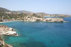 Mar azul en una bahía de Crete fotografía de archivo
