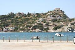 Mar azul en una bahía de Crete imagen de archivo