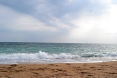 Mar azul esverdeado com um céu azul no tempo nebuloso no verão a fotografia de stock royalty free
