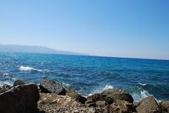 Mar azul hermoso y ondas juguetonas debajo del cielo azul fotos de archivo libres de regalías
